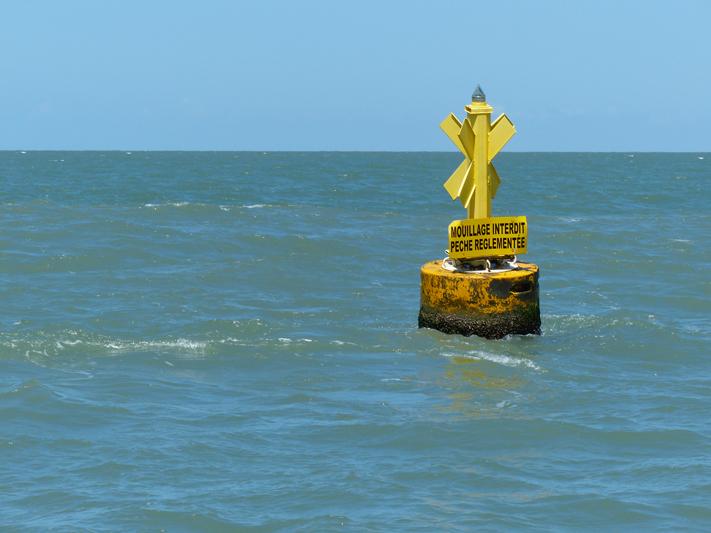 Bouée délimitant le périmètre marin de la Réserve (Crédits : RNNC)